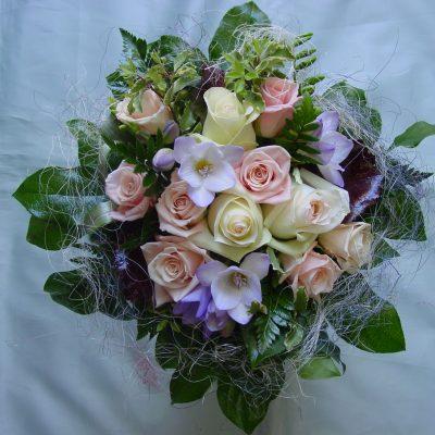 Tuoksuva onnittelukimppu ruusuista ja freesiasta