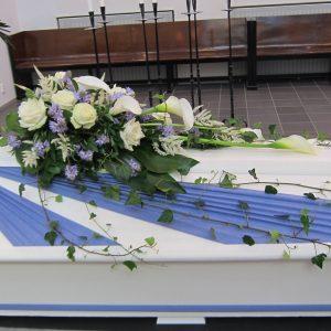 Kukkalaite korostaa arkun linjoja ja väriä