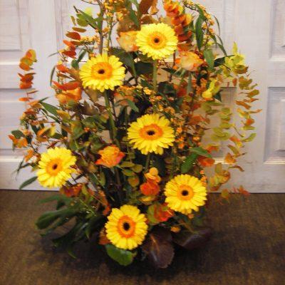 Muistokonsertin kukka-asetelma