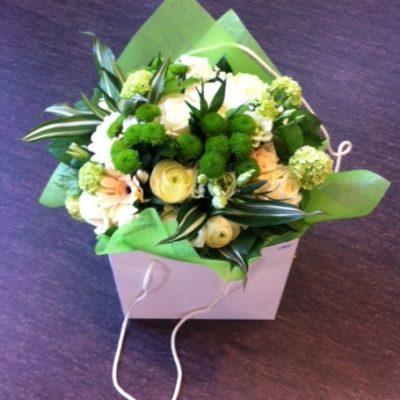 Kassillinen kukkia lahjaksi.
