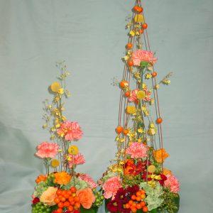 Noutopöydän korkeat kukkakoristeet.
