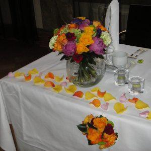 Värikäs hääkimppu ja morsiuspöydän koristeet