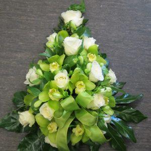 Valko-vihreä surulaite ruusuista ja orkideoista