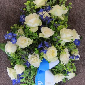 Sini-valkoinen surulaite ruusuista ja ritarinkannuksesta