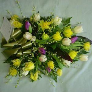 Hautavihko tulppaaneista ja kevätvihmasta