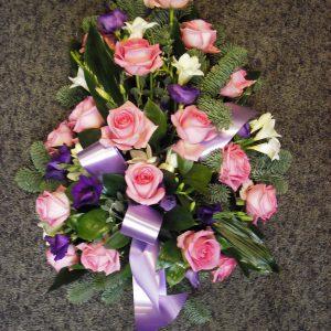 Vaaleanpunaisia ruusuja ja lilaa eustomaa