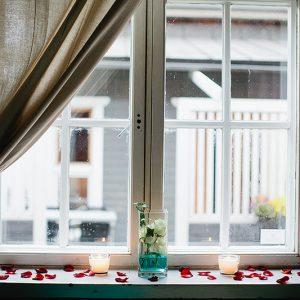 Ruusun terälehtiä ikkunalaudalla