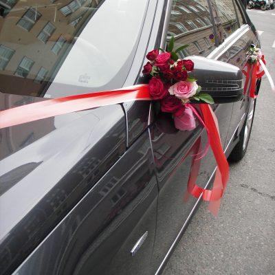 Hääauto on koristeltu kukkasin