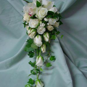 Hääkimppu ruusuista, orkideoista ja morsiuskelloista