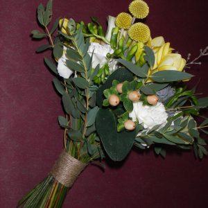 Hääkimpussa on kuismaa, kultahehkua, neilikkaa ja eukalyptustaa