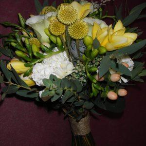 Morsiuskimpussa kultahehkua, freesiaa, neilikkaa ja eukalyptusta