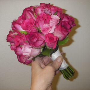 Pyöreä ruusuinen hääkimppu