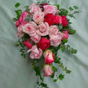 Pisaranmallinen morsiuskimppu ruusuista.