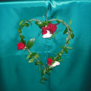 Kevyt ruususydän morsiuspöydän koristeena