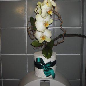 Naistenhuonekin on koristetltu orkideoin