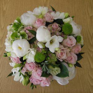 Morsiuskimpussa pioneja, ruusuja ja freesioita