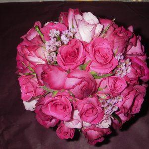 Pyöreä ruusuinen morsiuskimppu