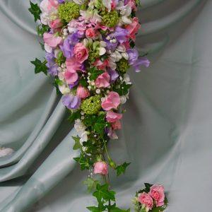 Klassinen pisaranmallinen, tuoksuva hääkimppu, tuoksuhernettä, kieloja, ruusuja