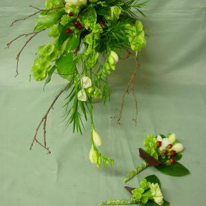 Persoonallinen morsiuskimppu ja vieheet, irlanninkelloa ja freesiaa, oksia ja marjakuismaa