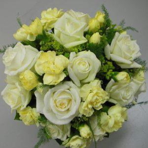 Pyöreä hääkimppu ruusuista ja neilikasta