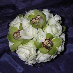 Hääkimppu ruusuista ja orkideasta