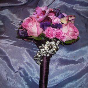 Kaunis koru lilassa hääkimpussa