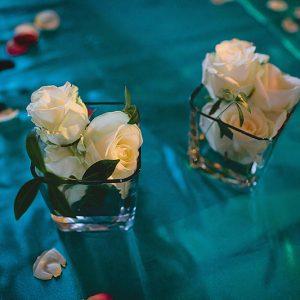 Ruusut lasissa pöytäkoristeena