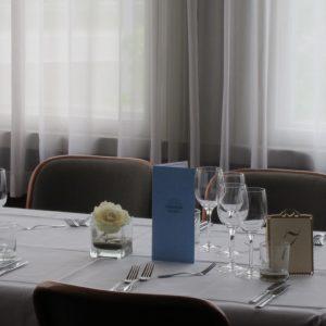 Ruusu lasimaljassa koristaa juhlapöydän