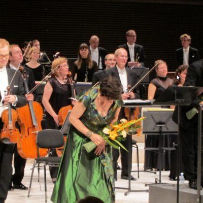 Soile Isokoski ja Mika Pohjonen Sinfoniettan solistina Musiikkitalossa. Kukat Cawellista.